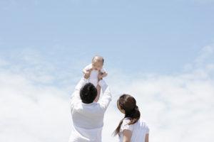 子供を抱える父親と母親